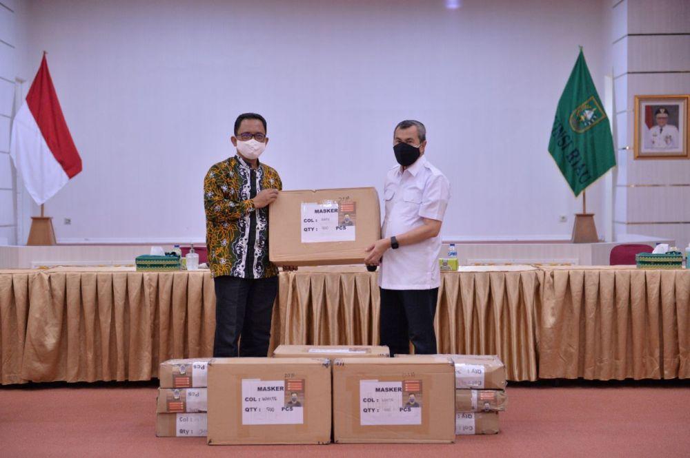Penyerahan masker kepada Pemprov Riau dari PT RAPP.