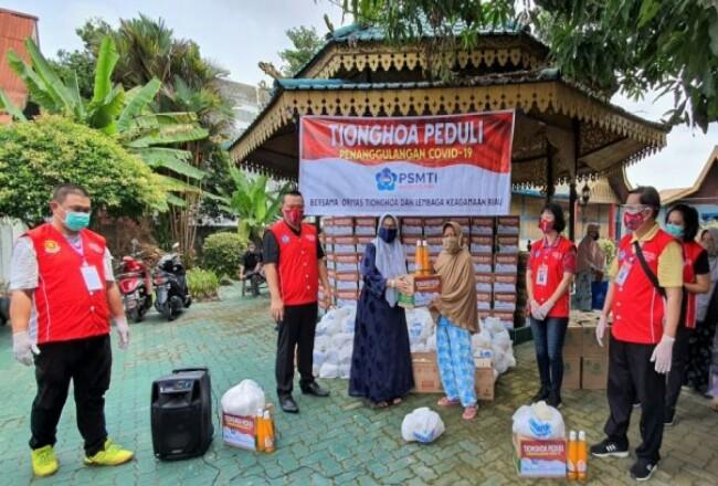 Penyerahan bantuan sembako untuk masyarakat yang membutuhkan melalui Yayasan Tenas Effendi.