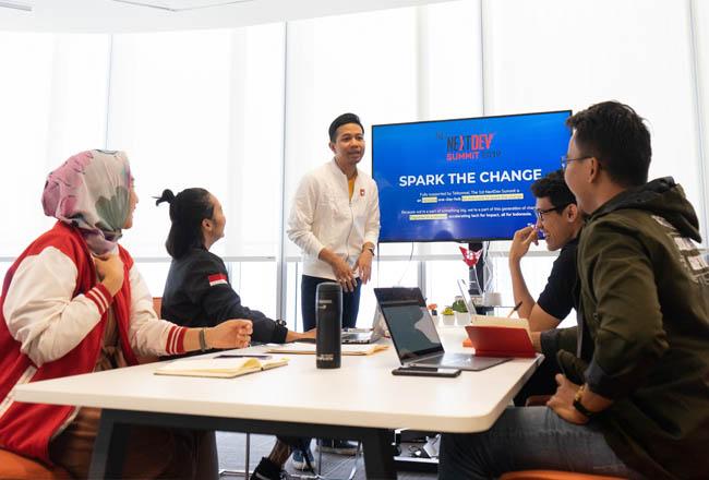 Telkomsel mengajak generasi muda Indonesia untuk mengambil peran sebagai agen perubahan yang dapat mewujudkan pemerataan ekosistem digital yang positif. Telkomsel akan hadir mengiringi langkah para generasi muda untuk terus bergerak maju dan mengakselerasikan negeri melalui pengembangan produk dan layanan berbasis digital yang relevan dengan kebutuhan generasi muda saat ini.