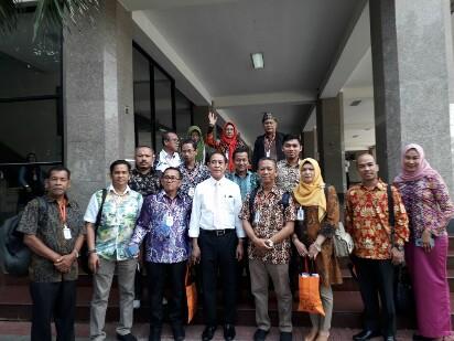Kunjungan Rektor UIR bersama Rombongan Fakultas Hukum di Kasem Bundir University Bangkok, Thailand.