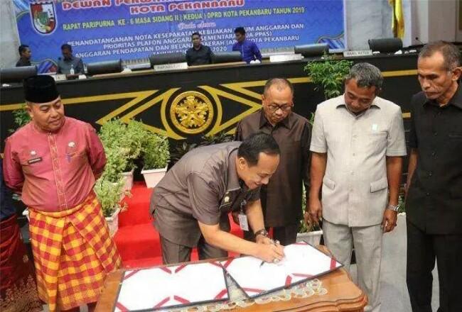 Sekda Kota Pekanbaru Mohd Noer MBS menandatangani KUAS-PPAS 2020 disaksikan pimpinan DPRD Pekanbaru, Selasa (6/8/2019).Foto: Tribun Pekanbaru