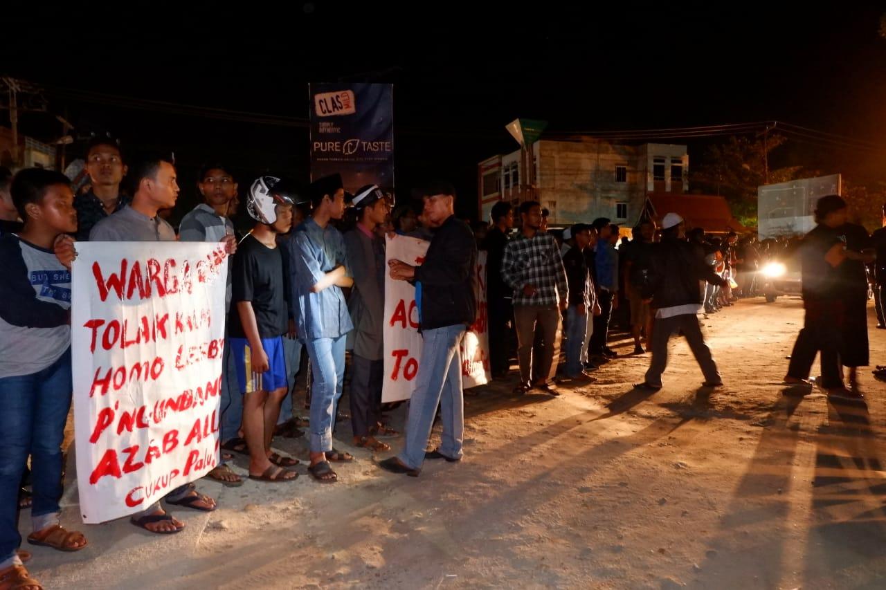 Massa FPI dan warga di area Alam Mayang protes LGBT.