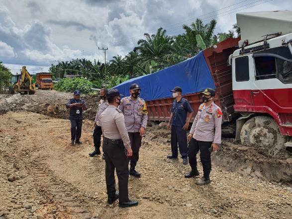 Kondisi jalan rusak di Jalan Lintas Manggala - Pujud km 21, Kepenghuluan Manggala Sempurna, Kecamatan Tanah Putih.