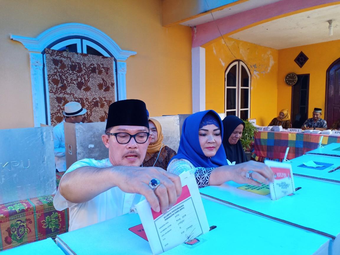 Walikota Dumai, Drs H Zulkifli AS MSi dan istri saat salurkan hak suara di TPS 16 Kelurahan Sukajadi Kecamatan Dumai Kota