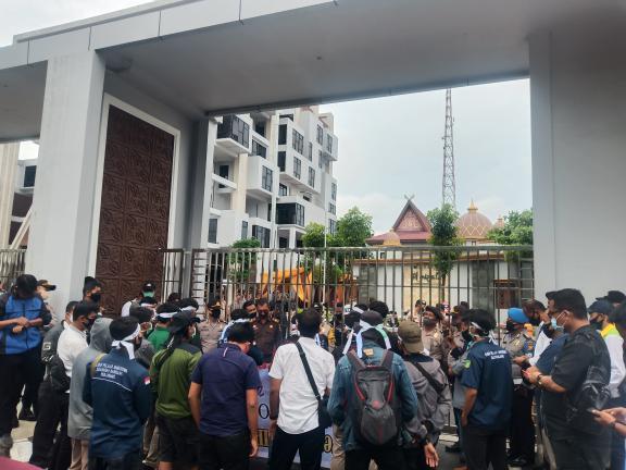 Massa unjuk rasa di Kejati Riau minta Rustam dibebaskan.