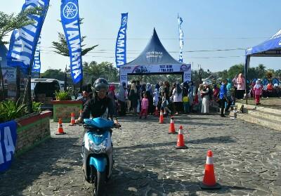 Peserta acara yang melakukan test drive motor Yamaha.