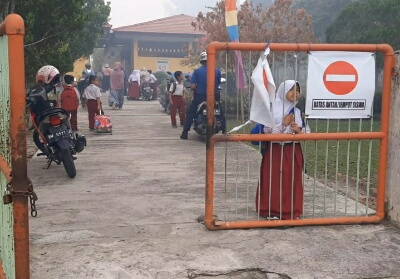 Akibat kabut asap, sejumlah sekolah meliburkan siswanya, salah satunya SDN 003 Bukit Datuk yang memulangkan lebih awal anak didiknya.