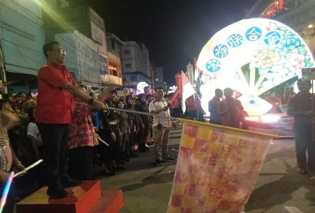 Bupati Suyatno saat melepas peserta pawai.