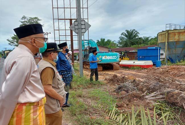Walikota Dumai H Zulkifli As meninjau Intake Proyek Air SPAM Kota Dumai di Bukit Timah, Selasa (4/7/2020).