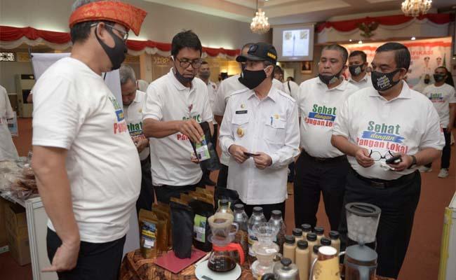 Gubernur Riau (Gubri) Syamsuar mencicipi produk olahan UMKM.