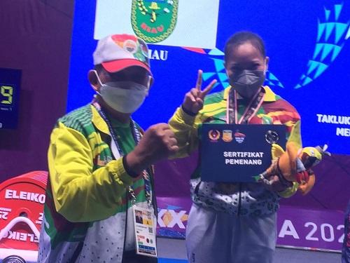 Plt Ketua KONI Riau Raja Marjohan Yusuf bersama atlet di PON XX Papua. (Ist)