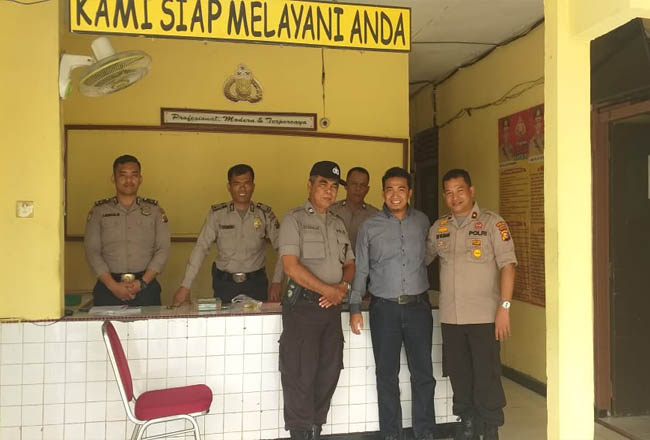 Anggota DPRD Indragiri Hulu (Inhu), Muhammad Syafaat SHi saat mengunjungi mengunjungi markas Polsek Pasir Penyu disambut langsung oleh kapolsek Pasir Penyu Kompol Edy Yasman SH.