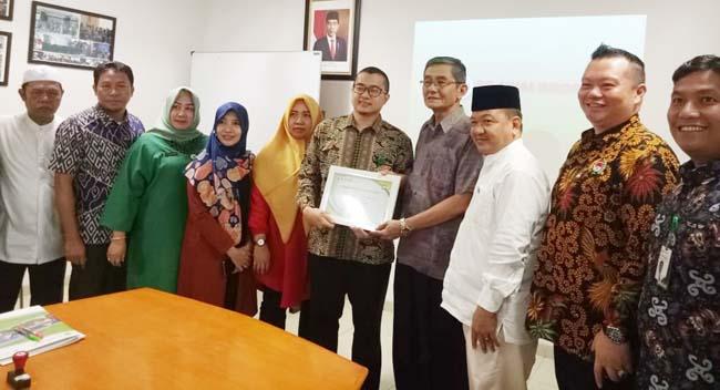 Ketua FPK Riau dan Direktur RS Awal Bros foto bersama usai penandatangan kerjasama.
