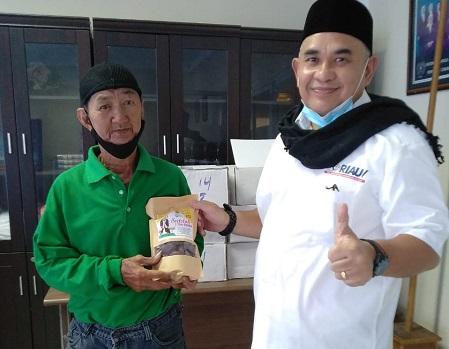 Ketua Persatuan Wartawan Indonesia (PWI) Provinsi Riau, H Zulmansyah Sekedang melalui Program PWI Riau Peduli, Selasa (20/4/2021) secara simbolis menyerahkan paket Sedekah 1 Ton Kurma.