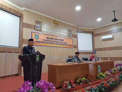 Pj Sekda Dumai Hamdan Kamal menyampaikan sambutan usai melantik dan mengambil sumpah pada pelantikan pejabat Eselon III dan IV di Aula Kantor Walikota Dumai.