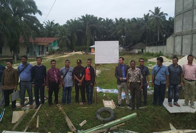 Juru sita PN Pasir Pangaraian, esksekusi sebidang tanah tanah kosong seluas 400 meter persegi milik Ernawati Boru Saragih, terletak di Desa Rantau Kasai Kecamatan Tambusai Utara.