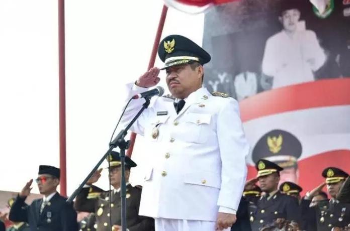 Bupati Amril saat jadi inspektur upacara HUT ke - 74 RI di Bengkalis.