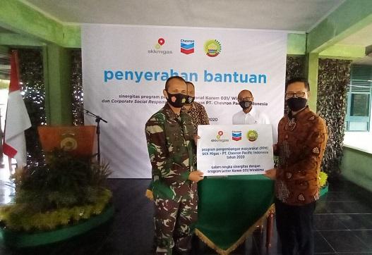 GM Corporate Affairs Asset PT CPI Sukamto Tamrin memberikan bantuan  secara simbolis kepada Danrem 031/Wirabima Brigadir Jendral TNI M. Syech Ismed, S.E, M.Han.