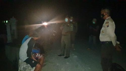 Empat pengendara sepeda motor itu terjaring razia yustisi oleh tim pemburu teking Covid-19 Kecamatan LBJ.