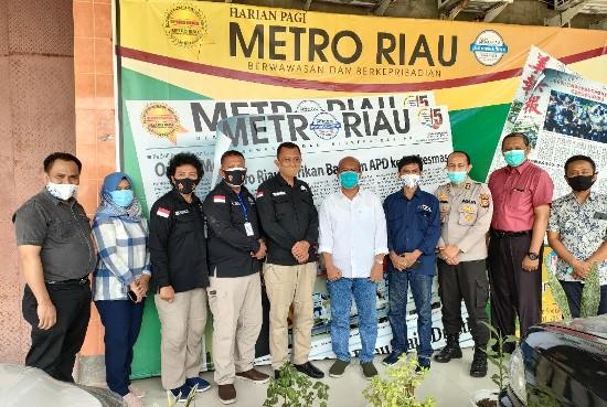 Jajaran Penmas Polda Riau dan manajemen Metro Riau Group foto bersama.