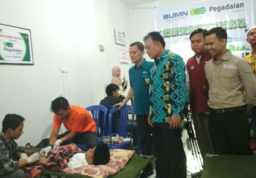 Kepala Cabang PT Pegadaian Syariah AkmalSE MM (kiri) dan Kepala Cabang PKPU Human Initiative Riau, Afrizal Mushavi (kanan) bersama pihak BKD Provinsi Riau, Ikhwan Ridwan (tengah) meninjau proses khitanan.