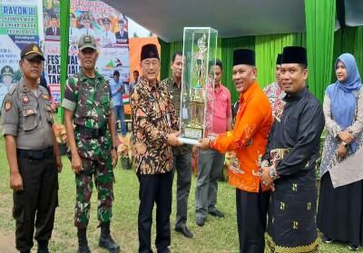 Wabup Halim serahkan piala pacu jalur Rayon III kepada Camat Gunung Toar Delfides Gusni.