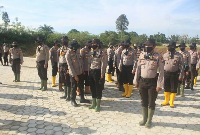Kapolres Rohul AKBP Dasmin Ginting, mengecek kesiapsiagaan personel Polres Rohul, yang nantinya siaga saat terjadi karhutla di wilayah hukum Polres Rohul.