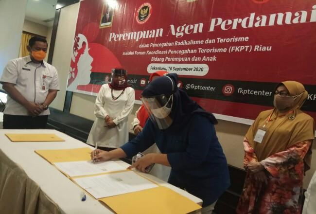 Ketua FJPI Riau menandatangani MoU Perempuan Agen Perdamaian.