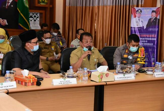 Asisten Perekonomian dan Pembangunan Heri Indra Putra rapat melalui video conference dengan Tim Satgas Covid-19 Provinsi Riau.