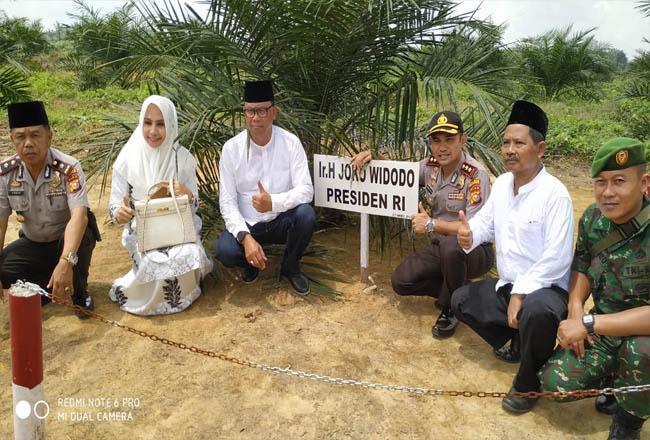 Bupati Rokan Hilir, H Suyatno AMp berfoto bersama di areal sawit Peremajaan Sawit Rakyat (PSR) Program Pemerintah Pusat.