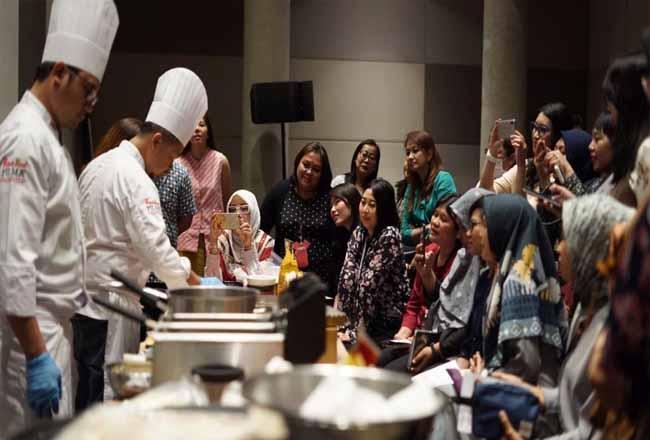 Chef mendemokan resep lezat, mudah, dan menarik menggunakan Filma dalam internal workshop bersama 30 karyawan Sinar Mas Agribusiness and Food.