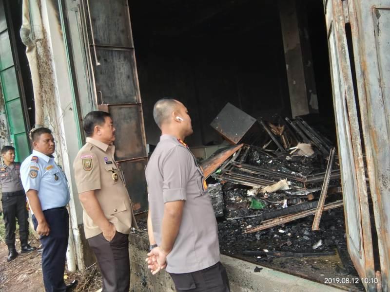 Wabup Halim bersama Kapolres AKBP M Mustofa saat meninjau gudang arsip milik Pemkab yang terbakar.