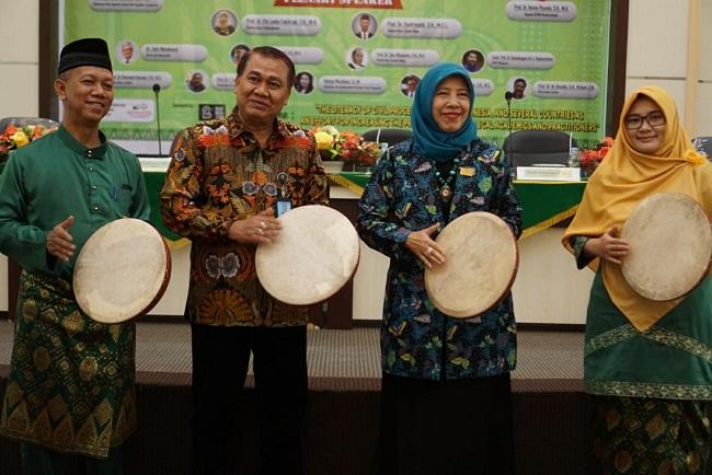 Rektor UIR Syafrinaldi, Kepala BPHN Menkumham Beny Riyanto, Ketua ADHAPER Elfa Laela, Ketua Panitia Heni Susanti menabuh gendang pembukaan ICoA 2019