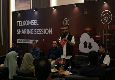 Vice President Consumer Sales Area Sumatera Telkomsel Erwin Tanjung memberikan sambutan pada Sharing Session Telkomsel bersama para pelanggan korporasi hari ini (21/8) di Batam.