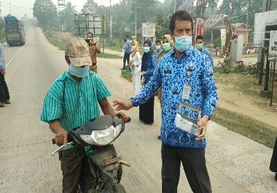 Pembagian masker pada para pengguna jalan.