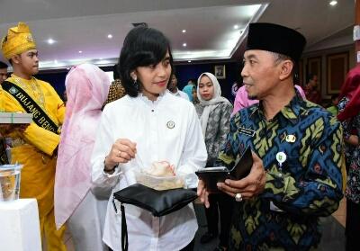 Kepala Bapenda Imam Hakim menjelaskan aplikasi Simanjapadu kepada salah seorang pengunjung.