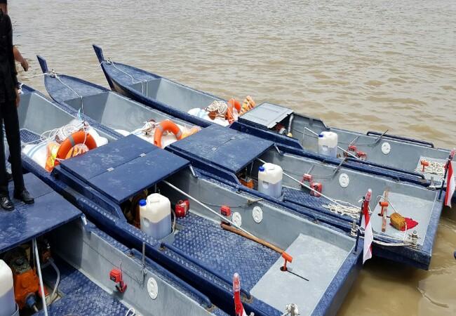 Bantuan kapal yang diberikan pada kelompok nelayan di Meranti.
