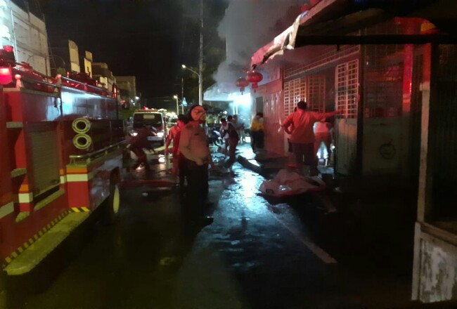 Petugas kebakaran saat memadamkan api.