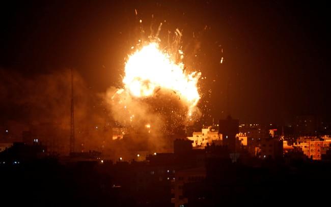 Sebuah ledakan terlihat terjadi serangan udara Israel ke stasiun televisi Hamas di Gaza City, Senin (12/11/2018). Foto : Detik