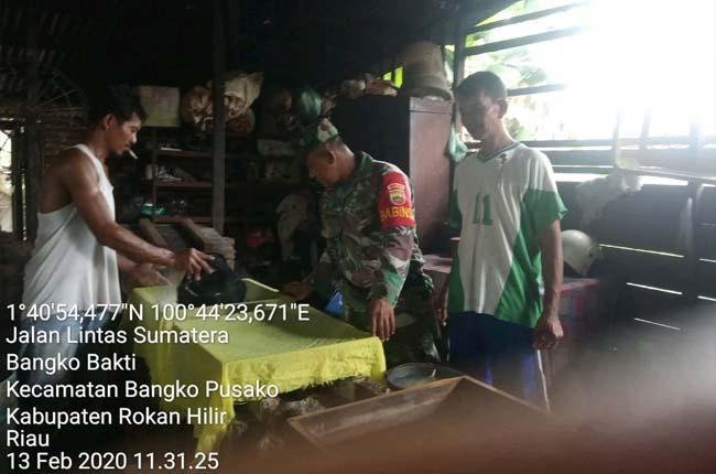 Babinsa Koramil 05/Rimba Melintang Kopda Sugianto Komsos kepada masyarakat pembuat tahu.