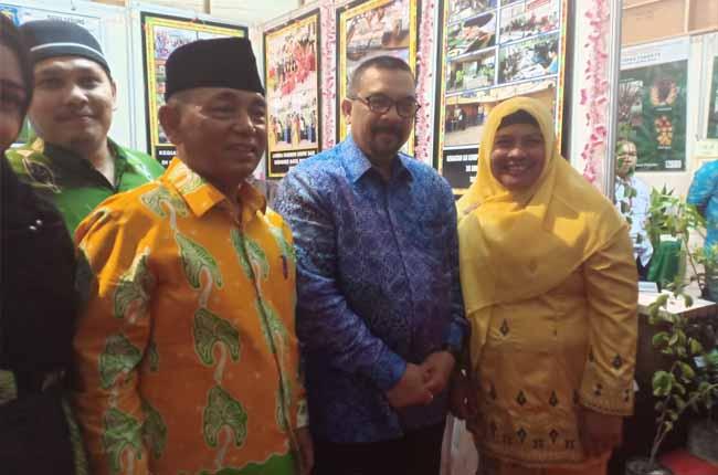 Wagubri dan Bupati Pelalawan foto bersama pada Pelalawan Expo bersempena HUT Pelalawan ke-20