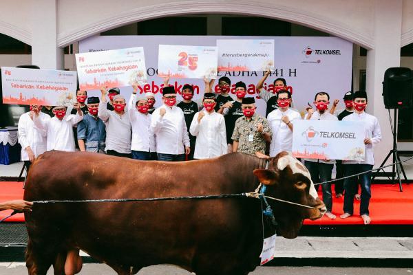 Penyerahan hewan kurban secara simbolis dari Telkomsel kepada perwakilan penerima manfaat bantuan yang ada di Jakarta, Kamis (30/7/2020).Telkomsel memberikan bantuan 777 hewan kurban  yang akan disalurkan kepada sekira 43.000 penerima manfaat di seluruh Indonesia.