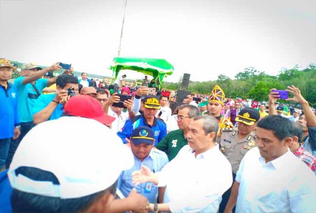 Gubernur Riau Syamsuar saat mengunjungi venue dayung di Kuansing.
