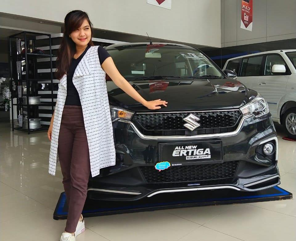 Sales counter Suzuki SM Amin, Pekanbaru disamping Suzuki All New Ertiga