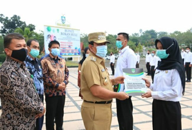 Bupati Sukiman, didampingi Kepala Pela BKPP Rohul, H Fhatanalia Putra, secara simbolis menyerahkan SK pengangkatan 165 CPNS formasi 2019 di lingkungan Pemkab Rohul.