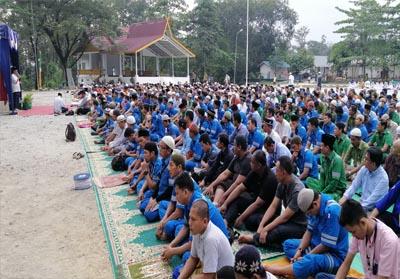 Suasana shalat istisqo di Lapangan Merdeka PT RAPP.