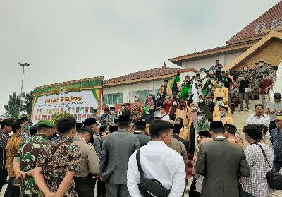 Ratusan mahasiswa berunjuk rasa di depan gedung DPRD Inhil.