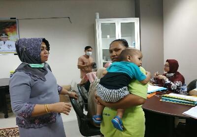 Misnarni Syamsuar meninjau posko kesehatan di Pekanbaru.