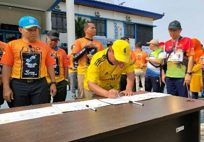 Wawako Dumai menandatangani pencanangan Zona Integritas Menuju Wilayah bebas Korupsi (WBK) Sempena HUT BC Dumai di kantor BC Dumai Minggu (6/10/2019).
