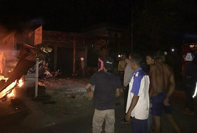Dua unit rumah semi permanan dua lantai di Desa Tandun, Kecamatan Tandun, ludes dilalap sijago merah. Akibat kebakaran itu, tiga orang mengalami luka ringan dan 9 unit sepeda motor hangus terbakar diduga akibat korseleting listrik.
